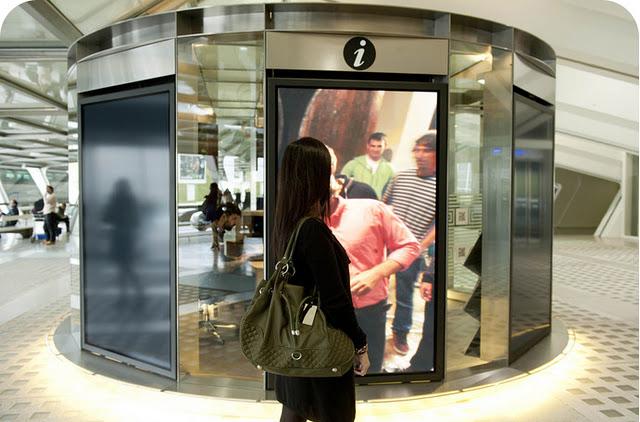 El aeropuerto de bilbao estrena un innovador punto de for Oficinas turismo bilbao