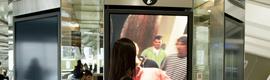 El aeropuerto de Bilbao estrena un innovador punto de información turística interactivo