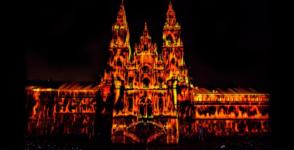 La Fachada De La Catedral De Santiago Arde Virtualmente En Las