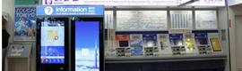 La estación del monorail del aeropuerto Haneda de Tokio se dota de un 'smartphone gigante'