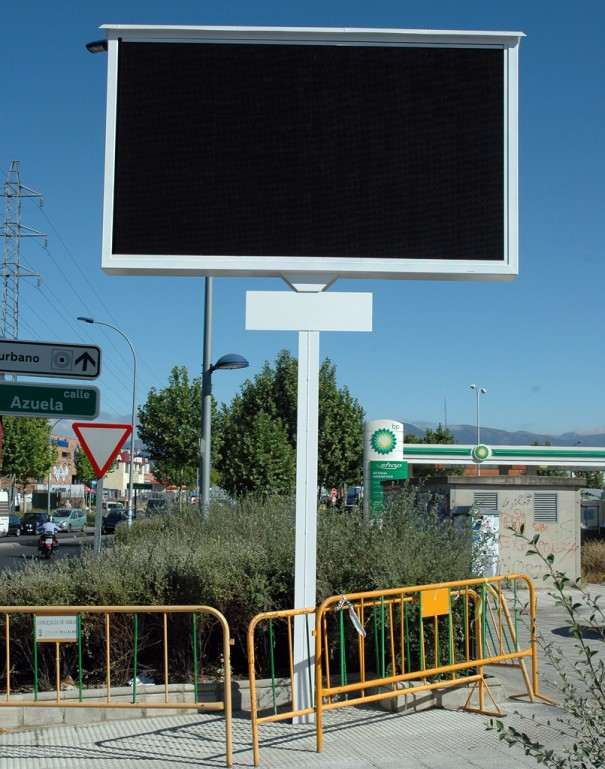 Instalan 3 pantallas led gigantes en el pol gono for Piscinas p 29 villalba
