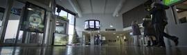 El aeropuerto de Donosti cuenta ahora con un nuevo punto de información turística con transflectivos LG