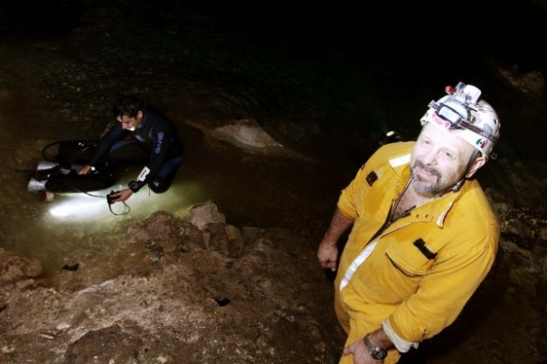 El antropólogo Guillermo de Anda Alanis junto con el buzo Dante García (Foto: Leslie Santos Bonilla/Diario de Yucatán)