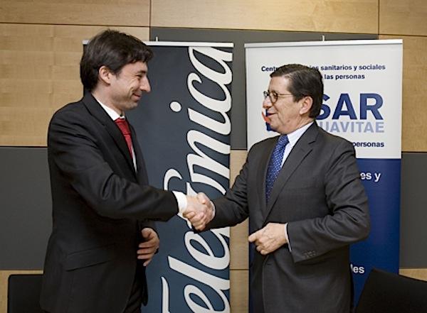Francisco Salcedo, director de Nuevos Negocios Digitales de Telefónica España y Jorge Guarner, consejero delegado- director general de SARquavitae, en la firma del acuerdo.
