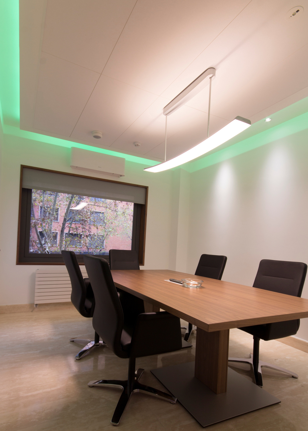 Hm value design their offices with philips led luminaires for Sala de reuniones