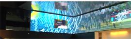 Un gran video wall recibe a los visitantes que acuden al nuevo edificio de los Ducks Oregon