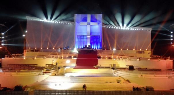 Robe ilumina escenario Copacabana viaje Papa Francisco