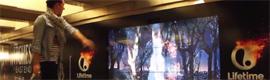 Un gran videowall interactivo sirve como medio para promocionar una serie de televisión en el metro de Nueva York