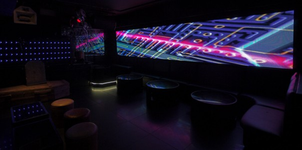 Emto en el club de Londres Amika