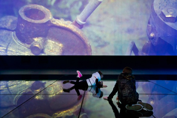 Titanic Belfast juego interactivo en el suelo