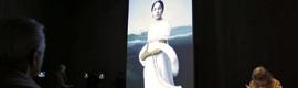 Lady Gaga se infiltra en los cuadros del Louvre de la mano de BrightSign en la exposición de Robert Wilson
