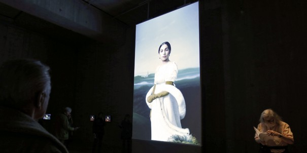 Lady Gaga en el Louvre con BrighSign (Foto: Francois Guillot)