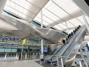 Terminal 2 Heathrow escultura Slipstream