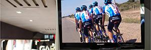 El equipo ciclista Garmin-Sharp participa en la Vuelta a España 2014 con un autobús dotado de sistemas visuales del fabricante japonés