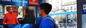 Emirates hace 'volar' a los madrileños desde marquesinas interactivas para promocionar su servicio ICE Digital Widescreen