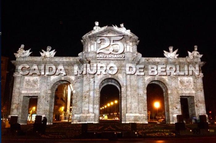 壮大な Videomapping はベルリンの壁の落下の 25 周年のプエルタ デ