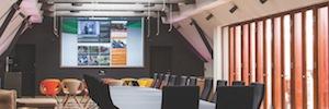 La tecnología de proyección óptica de dnp protagoniza la singular sala de juntas del danés Jyske Bank