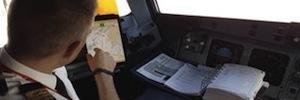 Los pilotos de Iberia sustituyen su cartera de vuelo tradicional por un avanzado sistema electrónico