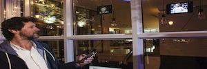 Los mensajes navideños de los ciudadanos decoran la instalación interactiva del Hotel ME Madrid
