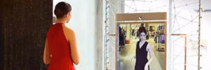 Neiman Marcus instala un espejo digital para ofrecer a sus clientes una experiencia interactiva y social