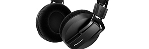 Headphones monitoring Pioneer HRM-7 provide a precise and neutral sound