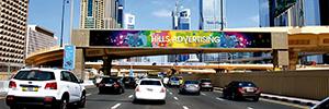 Dos gigantescas pantallas enfrentadas atraen la atención de los conductores en una autopista de Dubai