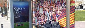 El Barça recluta a los transeúntes desde una marquesina de autobús interactiva