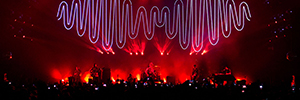 Rock band Arctic Monkeys concerts lights in Brazil with Robe
