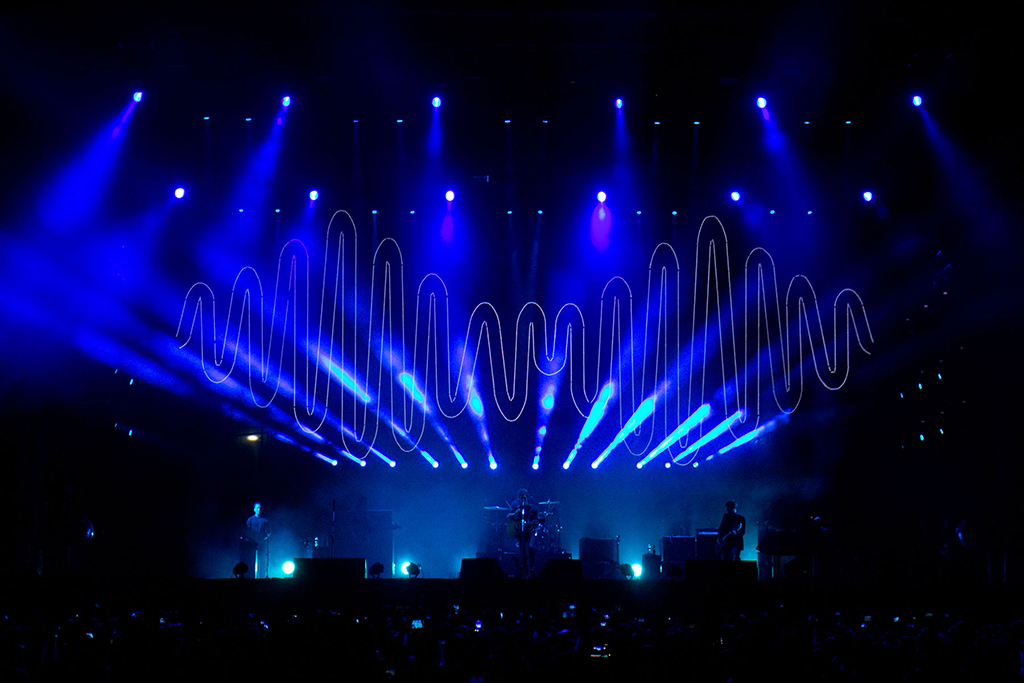 & Rock band Arctic Monkeys concerts lights in Brazil with Robe