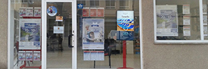 Beabloo digital signage brings the Falcon travel shop windows