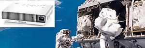 El proyector Casio XJ-M256 compañero de los astronautas en la Estación Espacial