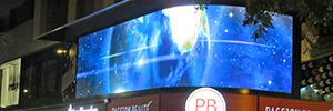 Platja d'Aro promociona la actividad comercial de la zona con una gran pantalla Led curva