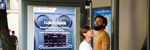 Seat refresca a los usuarios mientras esperan el bus con una acción de marketing interactivo