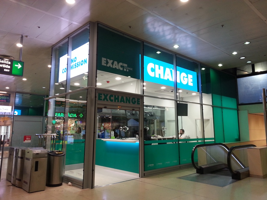 Exact change instala tres pantallas indoor de led go en su oficina de barcelona sants - Oficina de cambio barcelona ...