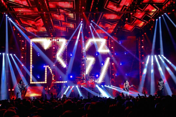 Elation Professional gira Kiss
