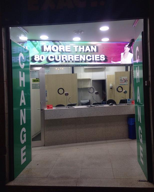 La oficinas de exact change publicitan sus servicios con soportes led de gran formato - Oficina de cambio barcelona ...