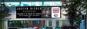 Justin Bieber protagoniza la primera campaña DooH coordinada con una emisora de radio en tiempo real