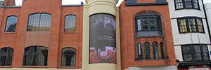 Un espectacular videowall curvo de 30 metros cuadrados transforma la fachada de un centro comercial de Reading