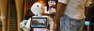El robot Pepper entretiene a los pasajeros del Costa Diadema en su viaje por el Mediterráneo