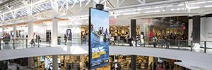El centro comercial de Charlestown instala una pantalla Led giratoria suspendida del techo