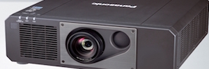 Panasonic PT-RZ575: retroproyección a corta distancia para entornos de uso intensivo