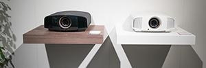 El proyector HDR 4K Sony VPL-VW550ES ofrece una experiencia envolvente
