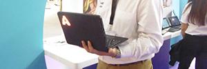 En el stand de Crambo se exhibe Stronger hey!tech, galardonada como la mejor tablet para el aula