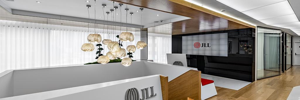 La nueva sede corporativa de JLL da la bienvenida desde un gran videowall diseñado con MicroTiles