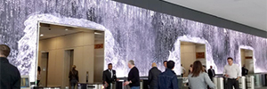 Una espectacular cascada de agua 'Led' recibe a los visitantes en el edificio de Salesforce