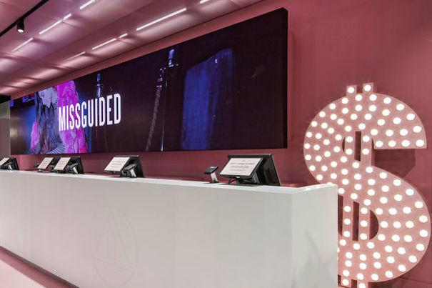 e0d57d4a95657 Missguided abre su primera tienda física con el digital signage como guía de  su moda
