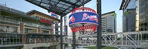 Battery Atlanta atrae la atención de los transeúntes desde una pantalla circular suspendida sobre una fuente de agua