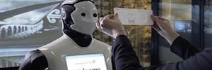Los aeropuertos experimentan con robots humanoides para ayudar a los pasajeros