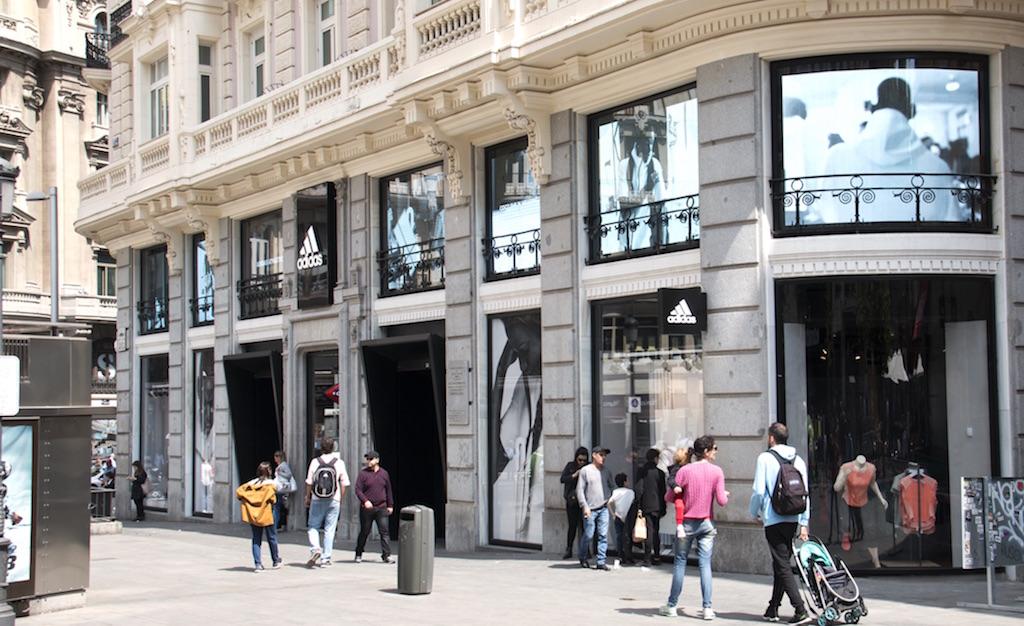 minorista online venta caliente más nuevo navegar por las últimas colecciones Adidas transforma con pantallas Led los ventanales de su renovada ...