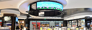 Una gran pantalla circular atrae la atención de los viajeros en la World Duty Free de Detroit